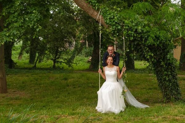 Romantische Stimmung auf einer selbstgemachten Schaukel unter dem Baum