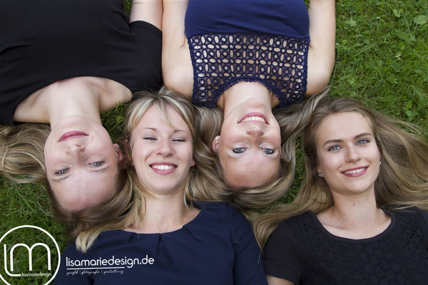 Freundinnenshooting in Leipzig: Vier Freundinnen stecken auf der Wise die Köpfe zusammen