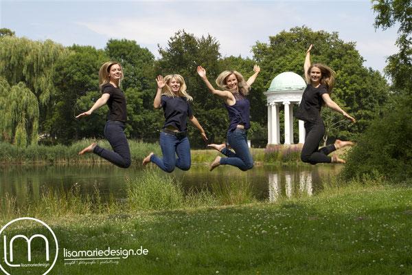 Freundinnenshooting in Leipzig: Vier Freundinnen springen vor Freude in die Luft