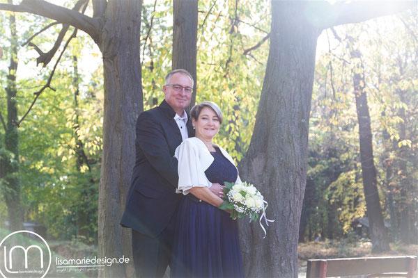 Das verliebte Brautpaar nach der Trauung beim Brautpaarshooting in Belgershain