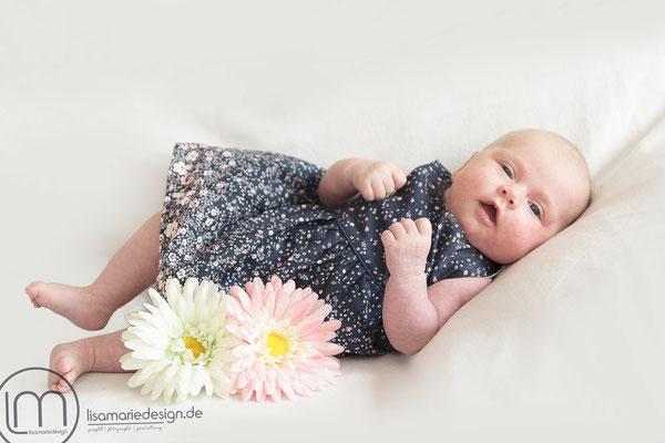 Newbornshooting im blauen Blumenkleidchen