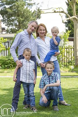 Beim Familienshooting in Leipzig:  Die komplette Familie steht zusammen im Garten