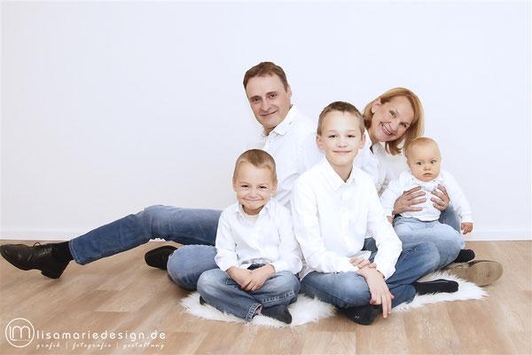 Beim Familienshooting mit der kompletten Famile