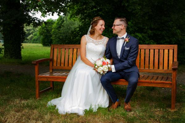 Ein tiefer Blick in die Augen symbolisiert die starke Liebe zwischen den früsch Verheirateten