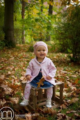 Auf der Holzkiste sitzen macht eine menge Spaß.
