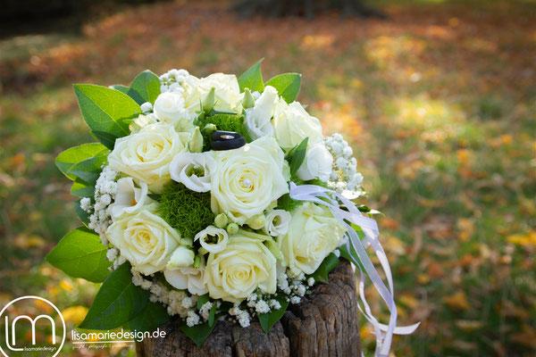 Der Brautstrauß mit den Eheringen