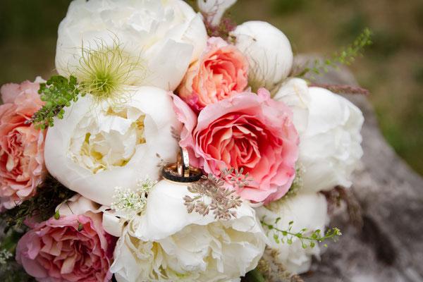 Noch ein Klassiker: Der Brautstrauß mit den Eheringen in den Blüten