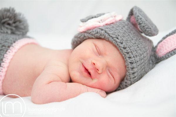 Neugeborenes, wenige Tage alt, beim Newbornshooting als Hase