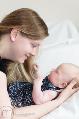 Mama und Tochter beim Neugeborenenshooting in Leipzig