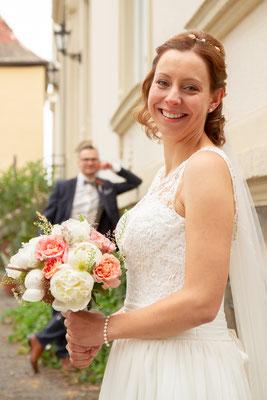 Die Braut stahlt so viel Glück und Liebe aus
