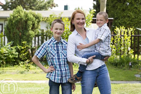 Beim Familienshooting in Leipzig: Die Mutter mit den zwei größeren Jungs