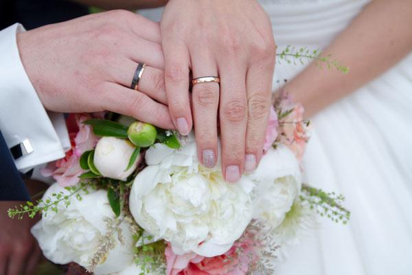 Der Brautstrauß mit den Händen und den Ringen ist ein echter Klassiker