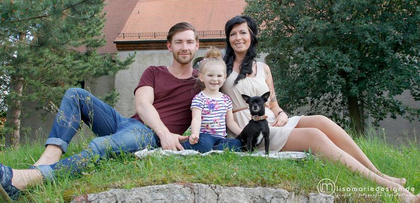 Familienshooting mit Kind und Hund