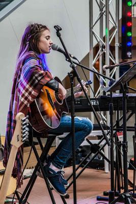 Music Secrets Schüler Live bei der Messe Nürnberg 2016 Gitarren Solo und Gesang