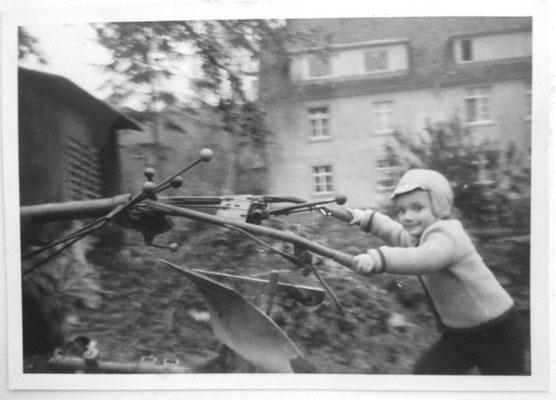 Eschelbronn, 1964. Dort, wo ich da gerade pflüge, hat mein Bruder Stefan jetzt seine Terrasse. Blick also zur Wiesenstraße nach Westen. (Foto: Sieglinde Butschbacher).