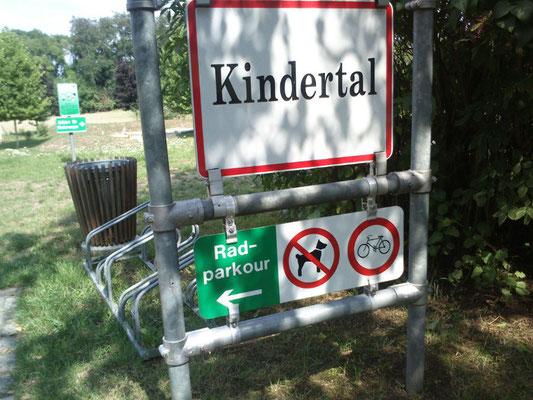 """""""Kindertal"""" - Rad verboten. Sonst auch nix da, zum Heulen.  Parcours? War unter Hecken zu vermuten.  (Foto: Frank Butschbacher)"""