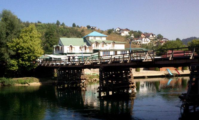 Hotel, Holzbrücke in Bosanska Krupa. Man hätte, hätte man nur wollen, direkt vorm Hotel in die Una hüpfen können. (Foto: Frank Butschbacher)