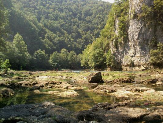 """Die Una bei Bosanska Krupa, Bosnien. Immer wieder gibts solche """"Platten"""", mit Rinnsalen dazwischen und haufenweise Fischen.  (Foto: Frank Butschbacher)"""