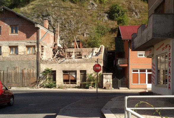 Der Kontrast zum schönen Hotel: Ruine in Bosanska Krupa. Schwer, das zu fotografieren. Ich hasse ja auch Autobahnunfallglotzer. (Foto: Frank Butschbacher)
