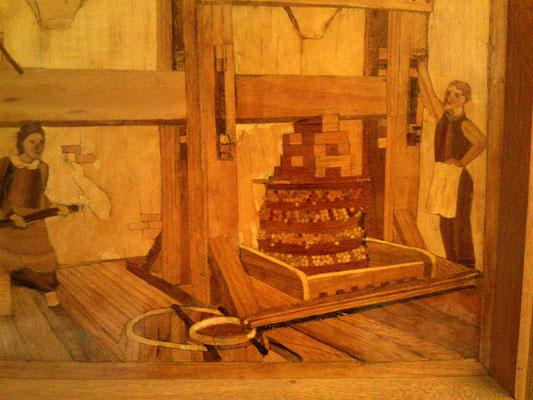 Weinpresse: Intarsienarbeit (Teilansicht) im Volkskundemuseum Mödling.