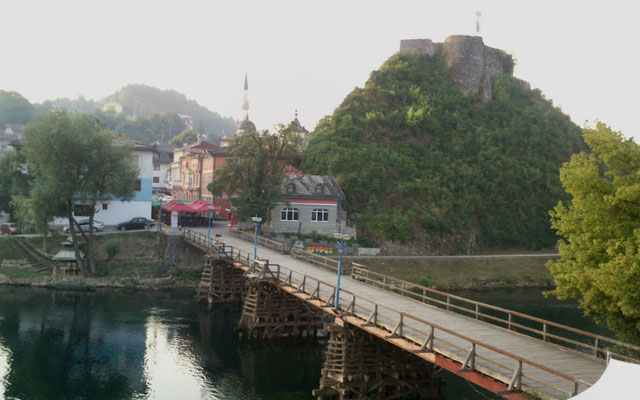 Vom Hotel aus, der erste Blick: Una, Holzbrücke, sündige Meile (v.a. Krach, gottsdank nur bis 11), Moschee, Burgberg. (Foto: Frank Butschbacher)