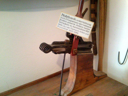 Altes Winzerwerkzeug: Offenbar zum Propfen (Volkskundemuseum Mödling)