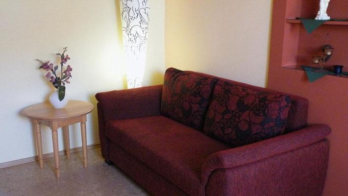Gemütliche Couch im Wohnbereich des Appartements