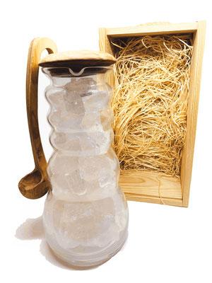 Cadus-Krug mit Halitsalz, Olivenholzdeckel und Olivenholzlöffel im Holzkistchen