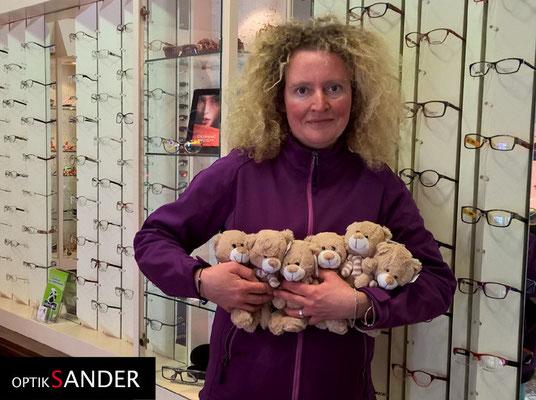 Gleich sechs Teddys auf einen Streich wurden liebevoll gespendet von Frau Spitczack aus Halle.