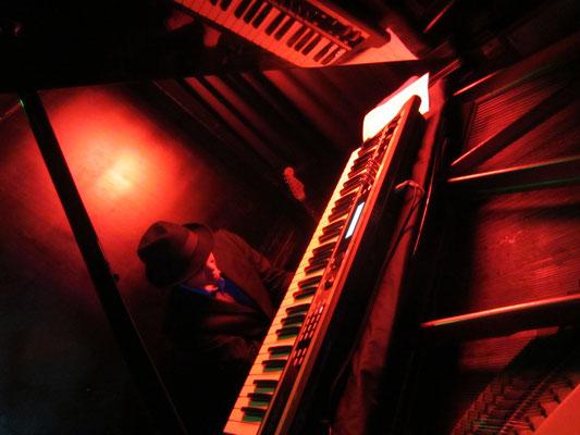 「グランドピアノだ〜!わーいわーい」って言ってます。