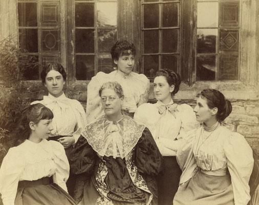 Lady Strachey und ihre Töchter 1893