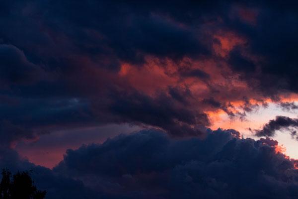 Aufbäumen der Wolken - blau gegen pink