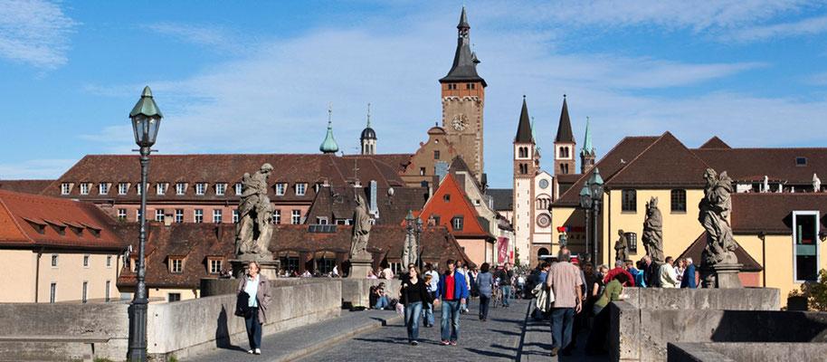 Würzburg  alte Mainbrücke, Rathaus und Dom