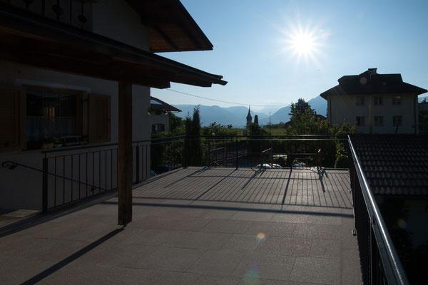 8 Uhr und die Terrasse ist schon sonnenüberflutet.