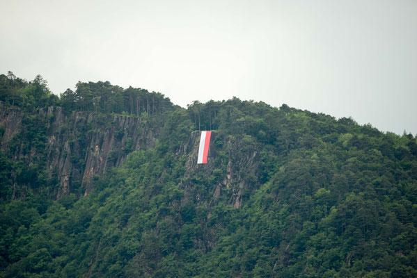 Herz-Jesu 2016: Übergroße Tiroler Flagge am Gandberg