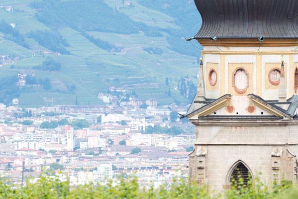Blick von unserer Terrasse in Richtung Paulser Dom. Im Hintergrund die Landeshauptstadt Bozen.