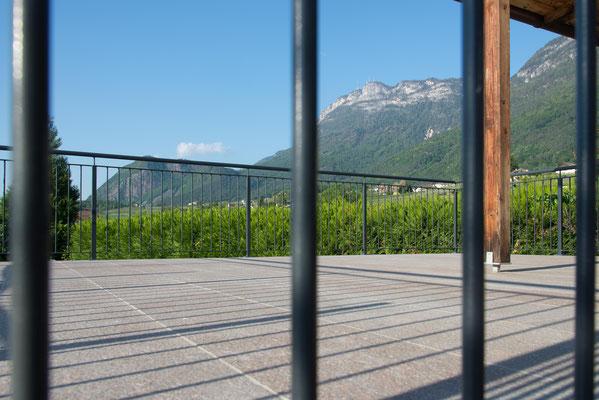 Das neue schmiedeiserne Geländer im schlichten, modernen Design.
