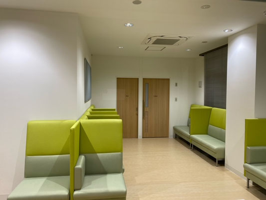 隣の席と並びあわない席では、パーテーションを両側には置かず圧迫感を少なくして配置しています。