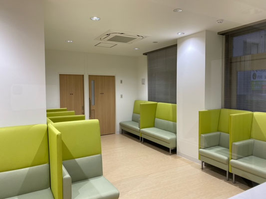 受付の事務職員から見ても、パーテーションで完全には患者さんは隠れず、状態が把握できる高さです。