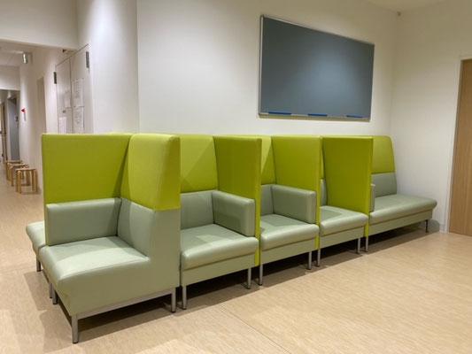 パーテーションで仕切りがあっても圧迫感を感じない広さがあり、かつ隣の席と仕切りで十分にソウシャル・ディスタンスが取れています。