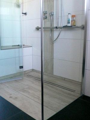 Bodengleiche Dusche mit Ablaufrinne - Faltpendeltür mit Seitenwand
