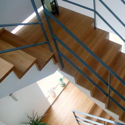 Treppe aufgesattelt mit Stahlgeländer