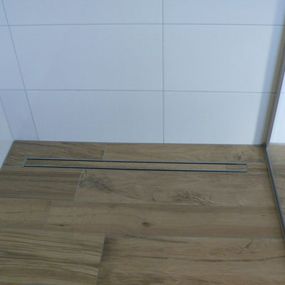Fliese mit Holzoptik im ganzen Bad