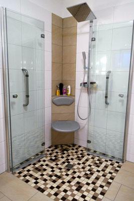 Bodengleiche Dusche mit Faltpendeltüren