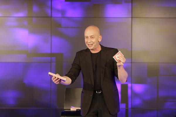 Zauberer am Illmensee, Comedy Zauberkünstler mit seiner Zaubershow, Tischzauberer für Hochzeit, Geburtstag, Firmenfeier, Mentalist mit seiner Mentalshow jetzt buchen!