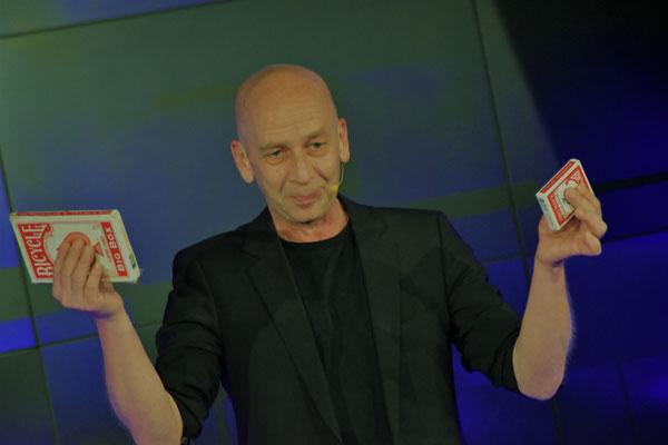 Zauberer Meersburg, Comedy Zauberkünstler mit seiner Zaubershow, Tischzauberer für Hochzeit, Geburtstag, Firmenfeier,  jetzt buchen!