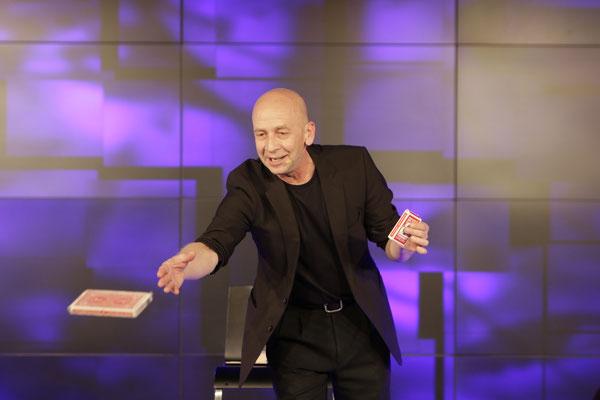 Zauberer Albstadt, Comedy Zauberkünstler mit seiner Zaubershow, Kinderzauberer, Tischzauberer für Hochzeit, Geburtstag, Firmenfeier, jetzt buchen!
