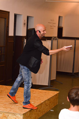 Zauberer Waiblingen, Comedy Zauberkünstler mit seiner Zaubershow, Tischzauberer für Hochzeit, Geburtstag, Firmenfeier, Mentalist mit seiner Mentalshow jetzt buchen!