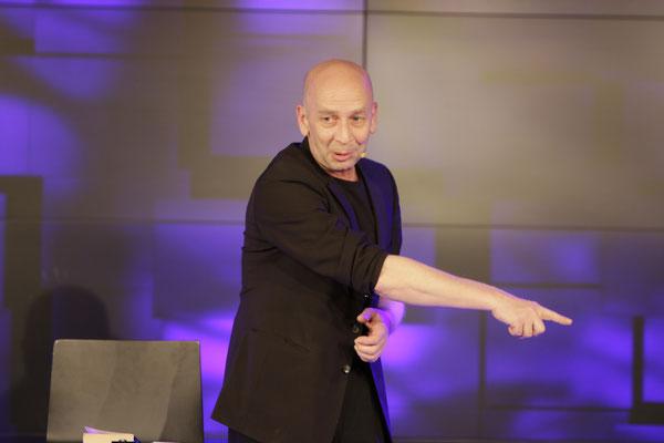 Zauberer Allgäu, Comedy Zauberkünstler mit seiner Zaubershow, Tischzauberer für Hochzeit, Geburtstag, Firmenfeier,  jetzt buchen!