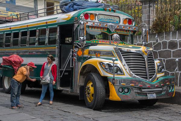 """""""Chicken Bus"""", weil in diesen alles transportiert wird, eben auch Hühner"""